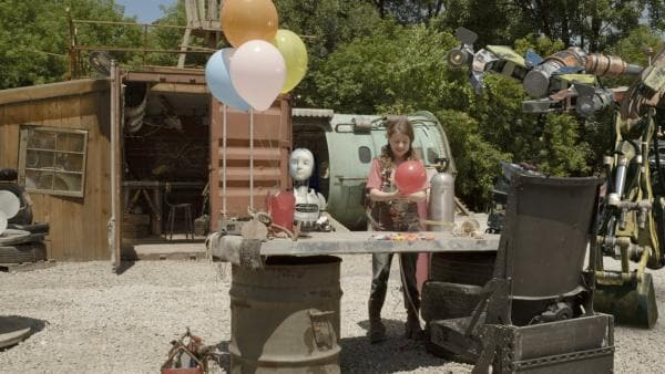 PAL (Millie Davis) und Anne (Addison Holley) füllen Ballons mit Helium. | Rechte: KiKA/Sinking Ship Entertainment