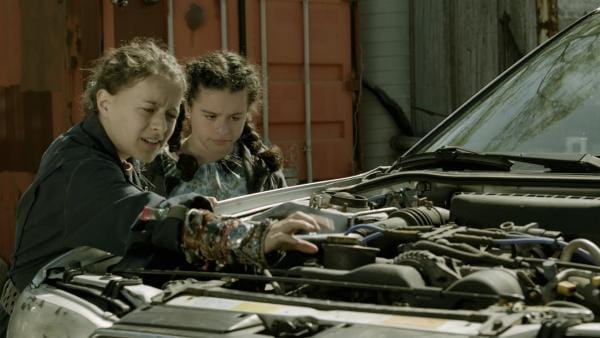 Anne (Addison Holley) und Shania (Adrianna Di Liello) begutachten den Motor von Maggies kaputtem Auto. | Rechte: KiKA/Sinking Ship Entertainment